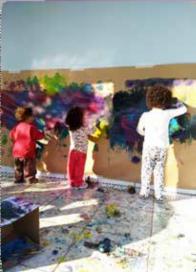 Imagem 3. Crianças utilizam as próprias mãos para pintar a tela. (Ciudad de Chapecó, 2018).  Fonte: Acervo do autor.