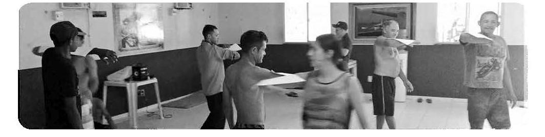 Imagen 2. Exploración corporal con hoja de papel. (Centro POP, 31 de mayo del 2016). Fuente: Archivo de la autora del artículo.