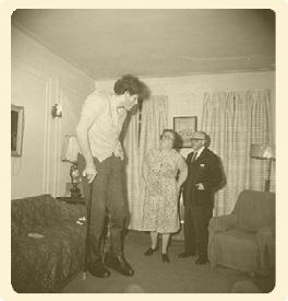 Imagen 2. Un gigante judío, en su casa, con sus padres en el Bronx.(Nueva York, 1970). Estate of Diane Arbus, LLC.