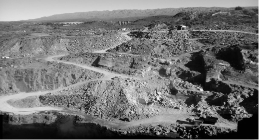 Foto panorámica de la cantera La Represa donde se observan accesos a diferentes frentes de explotación