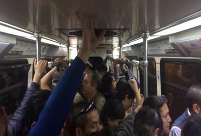 Usuarios de pie, en un carro de la línea 2 del tren eléctrico de Guadalajara