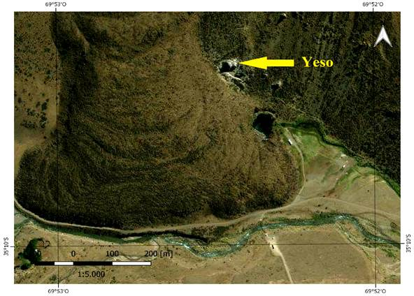 Dolinas Laguna y Lagunita de La Niña Encantada. En el centro de la imagen se puede ver una colada basáltica, y en el margen derecho, afloramientos de yeso. Geositio 4