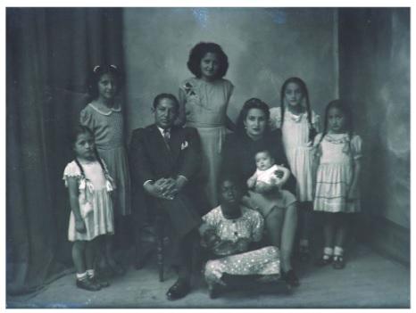 "Imagen 1: Retrato de familia, de la serie  ""Racializando al otro"""