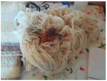 Lana de oveja, hilada y tejida por hormiguitas de la Sierra.