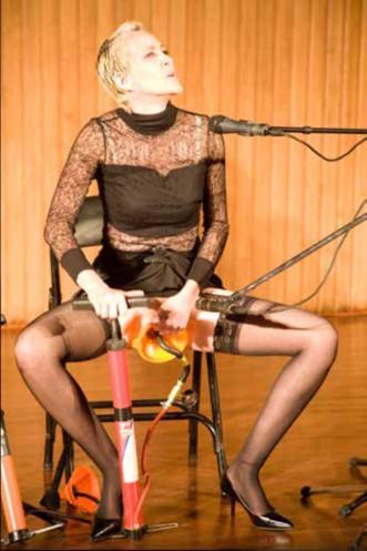 Ilustración 2 : Performance Sonata para Pepáfono y voz Opus 140. (2009). Auditorio Olav Roots, Conservatorio de Música, Universidad Nacional de Colombia. Foto: Frances Pollitt, Fuente: Hemispheric Institute: https://tinyurl.com/y4ppyuns
