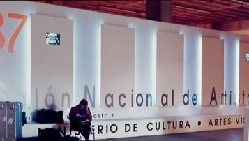 Algunas obras durante el montaje del 36 Salón Nacional. Atrás (izq) Teológico de Miguel Ángel Rojas; en la columna Fénix de Árlan Londoño; atrás (der) Sur Geográfico de Eduardo Estupiñan. Foto del autor