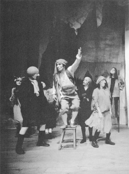 Diálogo del Rebusque. Santiago García. Teatro La Candelaria (1981). En la foto:Patricia Ariza,  Francisco Martínez (Q.E.P.D.), Álvaro Rodríguez, César Badillo, Nohora Ayala. Foto Luis Cruz.