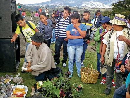 Sabia Dolly conversando sobre las semillas en el trueque  de Quintana, pueblo de Kokonuko. Fuente: propia.