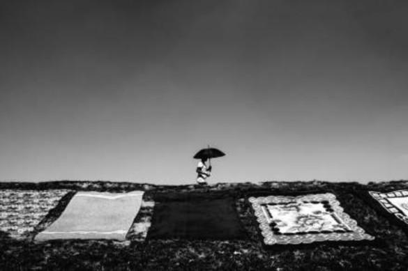 Imagen 16. Girl with umbrella. (Kostas Tsanakas, 2019). Fotografía digital.