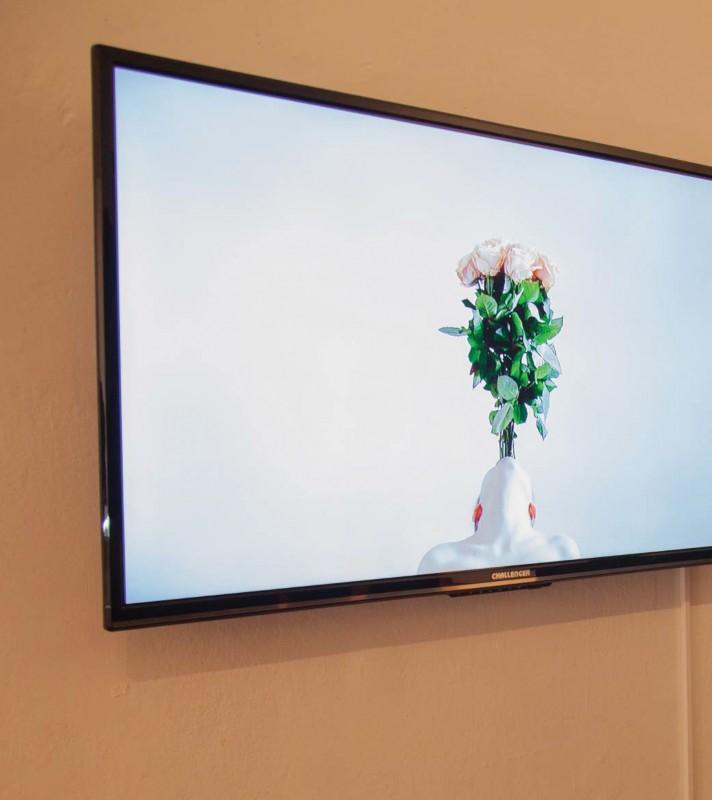 Imagen 1. Hollie Miller (2019). Non Object, acción en vídeo Reino Unido. En Perfoarnet, Sala ASAB. Fotografía: archivo Sala de Exposiciones ASAB.