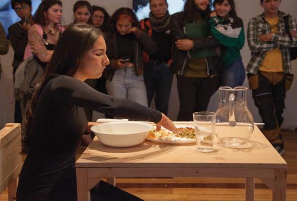 Imagen 5. Laura Troncoso (2019). Sin modales, performance Colombia. En Perfoarnet, Sala ASAB. Fotografía: archivo Sala de Exposiciones ASAB.