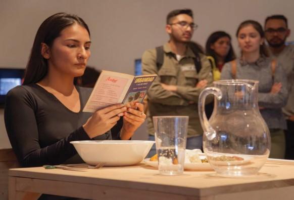 Imagen 4. Laura Troncoso (2019). Sin modales, performance Colombia. En Perfoarnet, Sala ASAB. Fotografía: archivo Sala de Exposiciones ASAB.