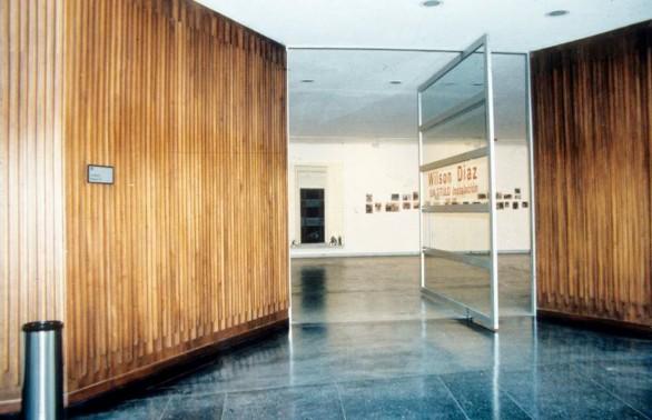 Imagen 17 a. Vista de la instalación Sin Título, Galería Santa Fe. (Wilson Díaz, 2001). Diapositiva 35 mm. Reproducciones fotográficas de prensa, dibujos, pinturas y sonido. Archivo Wilson Díaz.