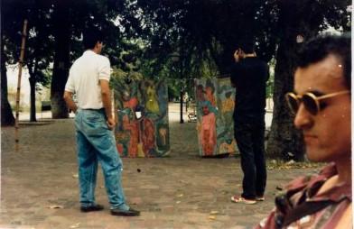 magen 5. Registro de la segunda versión de Motivos para posar en Neiva. (Wilson Díaz, 1991). Telones pintados en acrílico sobre cordobán. Fotografía color 35mm. Archivo Wilson Díaz.