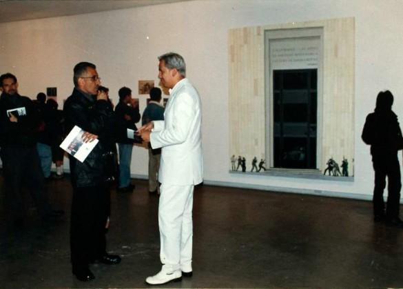 Imagen 21. Registro inauguración de Sin Título, Galería Santa Fe. (Wilson Díaz, 2001). En primer y segundo plano Jaime Cerón, Carlos Alberto González y José Alejandro Restrepo.