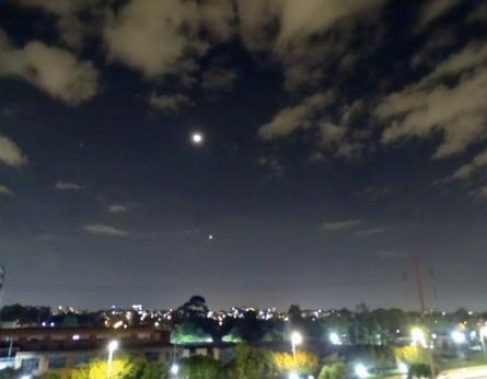 Imagen 6. La Luna y el Planeta Venus miran la cuarentena en Bogotá. Fotografía: Marcos González Pérez, (abril 2020).