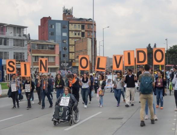 Imagen 10. Señora adulta encabeza una marcha contra El Olvido en un acto de Memoria en Bogotá. Fotografía: Marcos González Pérez, Bogotá, (noviembre, 2019).