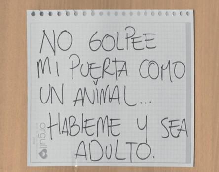 Imagen 8. Cartel colocado en la puerta de un apartamento en Bogotá por una joven violentada por un vecino debido al ruido que hacía al hacer ejercicio. Fotografía: Marcos González Pérez, (abril 24 de 2020).